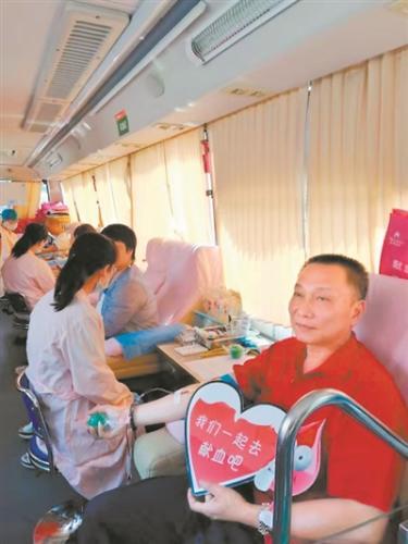 这位公交司机好暖 一家四口多年献血量破