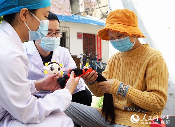 武汉14岁女生剪下长发 只为达成白血病女孩生日愿望