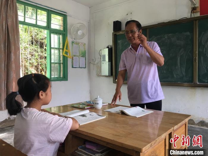 """乡村教师黄福茂扎根大山40余年:舍不得那些""""求知的眼睛"""""""