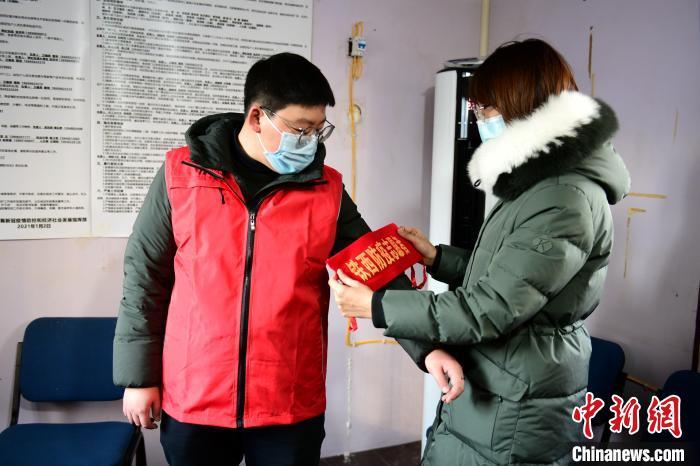 给封闭小区居民送所需物品 西藏来沈志愿者高阳上岗了