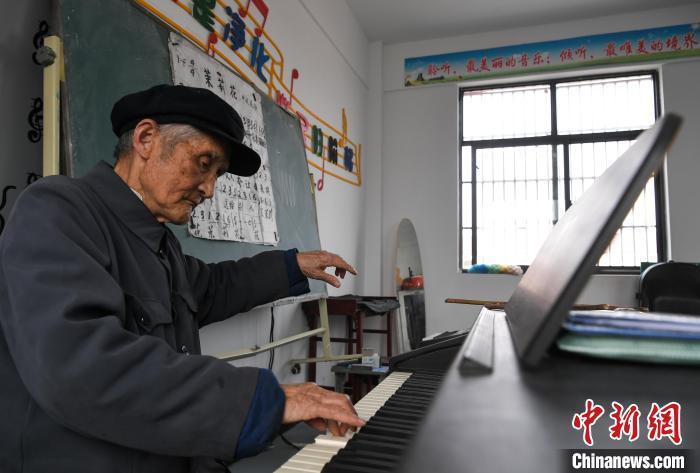 92岁严明友:用歌声给乡村孩子传递爱的力量_新闻频道_中国青年网