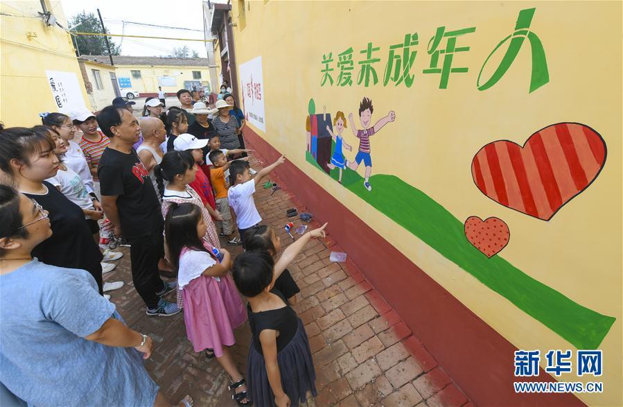 河北文安:缤纷墙绘丰富暑期生活